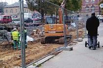 Do konce listopadu by měli stavaři dokončit například další etapu rekonstrukce náměstí v prostoru před Lužickými domky.