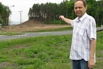 Starosta Sosnové Lubomír Michálek z vykácených lesů v okolí obce příliš nadšený není stejně jako ze samotného přemostění.