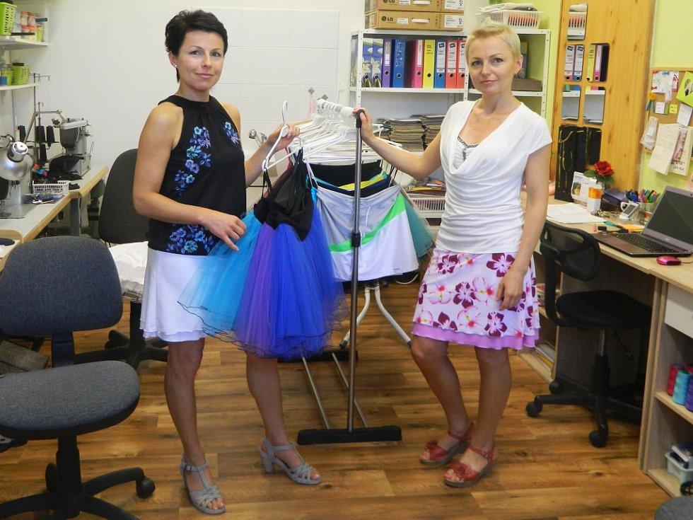 """Sestry Eva Macháčková (vlevo) a Milena Jelínková vybudovaly ve Stráži pod Ralskem """"na zelené louce"""" módní značku Debonaire."""