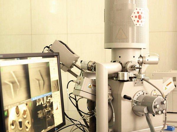Jedna zanalytických laboratoří, která bude fungovat vnovém Membránovém inovačním centru, je už nyní vybavená také speciálním rastrovacím elektronickým mikroskopem.