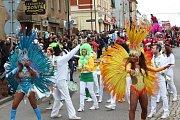 Průvod městem vedla skupina Tam Tam Batucada a brazilské tanečnice.