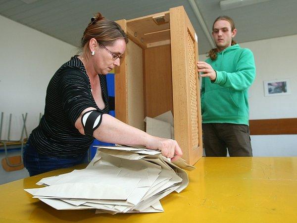 Sčítání hlasů ve volební místnosti na českolipském gymnáziu.