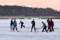 Zamrzlé Máchovo jezero.