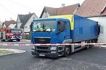 V Okrouhlé nákladní auto nacouvalo do domu.
