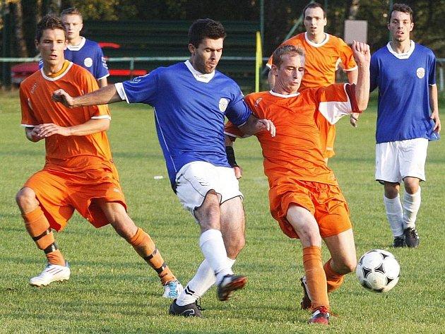 Fotbalisté Spartaku Dubice v zápase s Hrádkem.