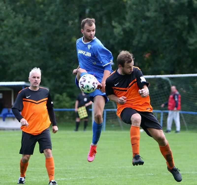 Skalice B (oranžové dresy) - Arsenal B 3:1. Ješeta atakován Lidmilou se snaží zakončit.