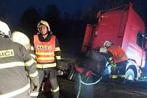 Zásah hasičů u dopravní nehody kamionu se protáhl až do večerních hodin.