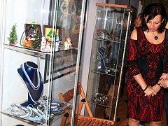 Háčkované kabelky, společenské šaty a bižuterie jsou tématem nové výstavy Perličkový sen, která je k vidění v Městském muzeu v Mimoni. i.