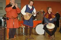 Kromě bohaté nabídky stánků s adventními věnci, dekoracemi, domácím cukrovím či dřevěnými šperky zpříjemnila návštěvu dobová hudba či divadlo.
