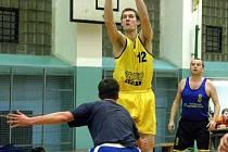 Úspěšné uvolnění. Českolipský basketbalista Rosenbreier při pokusu o vstřelení koše.