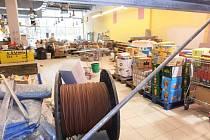 Rekonstrukce prodejních prostor se řetězci supermarketu Billa v České Lípě nevyplatila. Kvůli hrozící kontaminaci potravin tam zasáhla inspekce a nařídila uzavřít některé prostory.