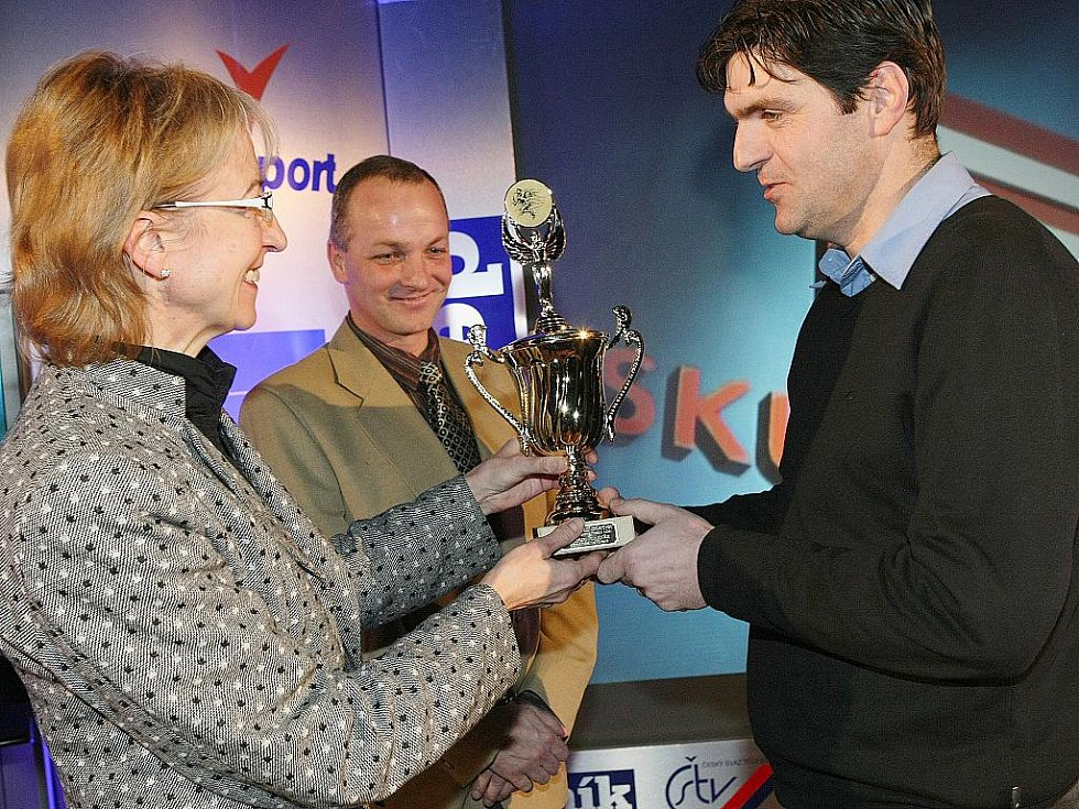 Deník ocenil nejúspěšnější sportovce uplynulého roku. Cenu za druhé místo mezi trenéry si odnesl kouč českolipského fotbalového Arsenalu Pavel Hradiský.