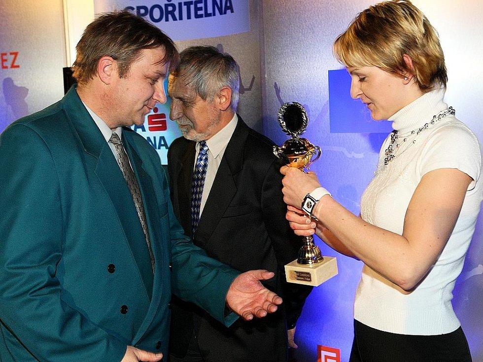 Deník ocenil nejúspěšnější sportovce uplynulého roku. Kateřina Loubková  z TT Cyklorenova Cvikov přebírá cenu za šesté místo.