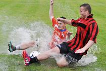 Vodní lázně připomínalo hřiště na dokském stadionu po přívalovém dešti, a proto se musely v semifinále a ve finále kopat jen penalty.
