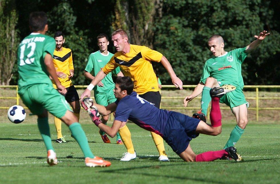 Hostující gólman Prokeš vyráží míč před Ruszoem a Machem.