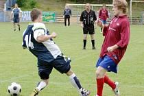Jurčík z Frantic teamu (vpravo)  se snaží přejít přes obránce hostí.