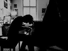 David Tichý z Nového Boru, osmnáctiletý student oktávy českolipského gymnázia, už od školky hraje na klavír a ve své věkové kategorii patří mezi nejtalentovanější klavíristy v Česku.