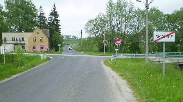 Rozlehlá křižovatka spojující Bor se Skalicí je dlouhodobým problémem.