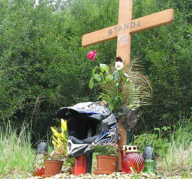 Pomníček s přilbou připomíná místo, kde před třemi týdny zemřel Stanislav Holub.