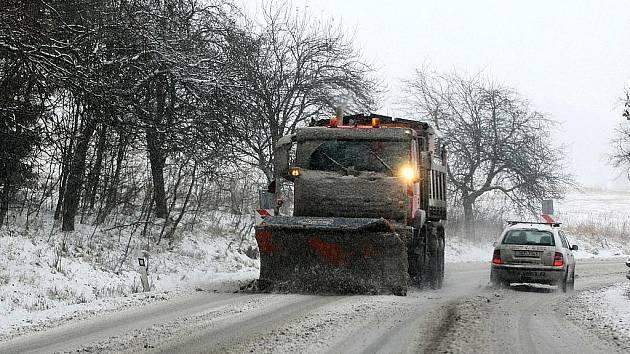 První nadílka sněhu každoročně způsobuje potíže především řidičům kamionů na Šébru ve směru od Svoru na Rumburk.