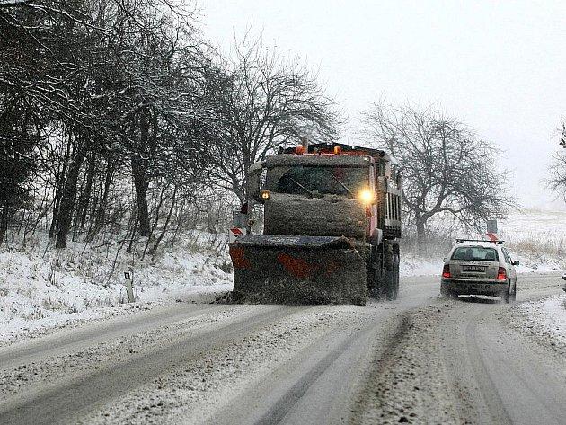 První nadílka sněhu kažodoročně způsobuje potíže především řidičům kamionů na Šébru ve směru od Svoru na Rumburk.  V pondělí tu ale byla pouze jedna nehoda.