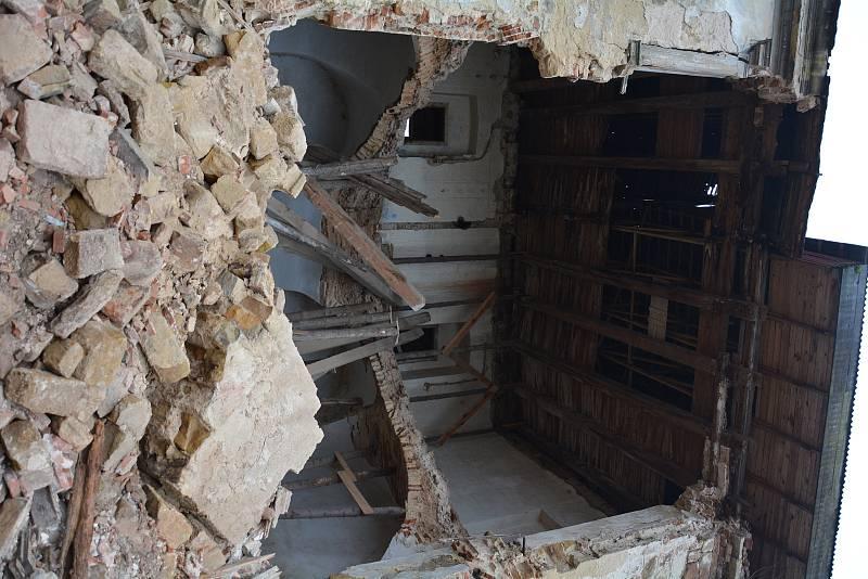 Pravděpodobně kvůli výkyvům zimního počasí, zatékání a celkové katastrofální zchátralosti bývalého hospodářského dvora státního zámku v Zákupech se ve čtvrtek ráno zřítila jedna část budovy na severní straně.