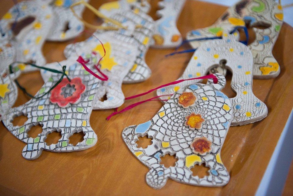 Jarmarkem i rozsvěcením vánočního stromu přivítali v úterý nejkrásnější svátky v roce žáci i učitelé ZŠ 28. října v České Lípě.