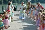 Máchova jezera Jezerní královna vystoupila v doprovodu své družiny na břeh ve Starých Splavech, aby zahájila tradiční Starosplavskou pouť.