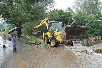 Do konce září by měly zabezpečovací práce na korytech potoků a řek skončit. Někde je třeba pokračovat stavebními úpravami.