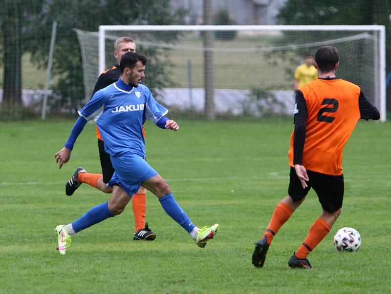 Skalice B (oranžové dresy) - Arsenal B 3:1. Berounský zakládá akci mezi Kazanem a Klimentem.