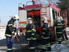 Sbor dobrovolných hasičů z Kamenického Šenova při práci.