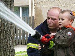 Formou zábavných her seznamují šenovští dobrovolní hasiči místní děti, jak se chovat při požáru, jak pomoci druhým či kam se obrátit, když hoří.