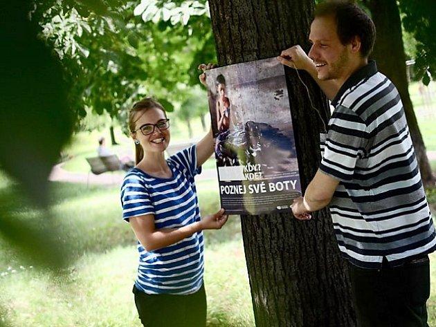 Výstava na stromech je celorepublikový happening, který se koná během Týdne důstojné práce a upozorňuje na ožehavá témata naší každodenní spotřeby.