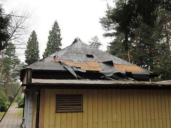 Zloději se zaměřili na střechu smuteční obřadní síně na novoborském Lesním hřbitově.