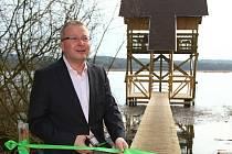 Ministr životního prostředí Tomáš Chalupa přijel v úterý na Českolipsko otevřít novou ornitologickou pozorovatelnu na Novozámeckém rybníce u Zahrádek.