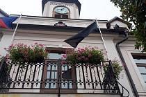 Doksy vyvěsily černou vlajku za Karla Gotta
