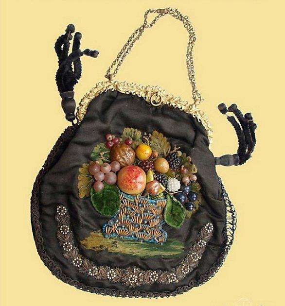Vuittonka 19.století. Historické kabelky, které si braly prababičky nejen na nedělní korzo, vystavují vmuzeu vČeské Lípě.