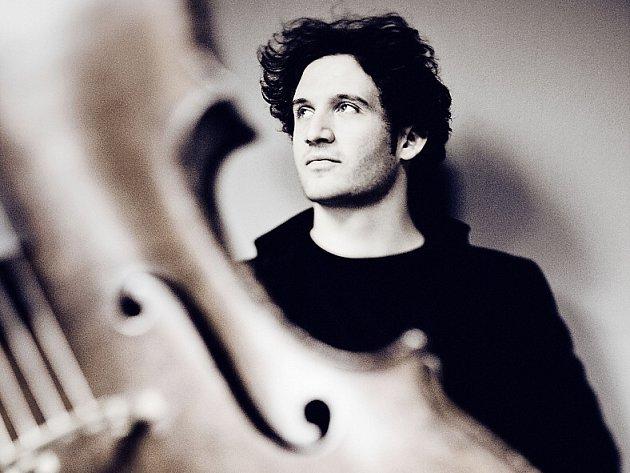 Německo-francouzský cellista Nicolas Altstaedt je univerzálním umělcem, který je doma jak ve hře na dobový nástroj, klasickém repertoáru, tak v soudobé hudby. Na jeho dnešní večerní koncert do Děčína vyjíždí z České Lípy autobus.