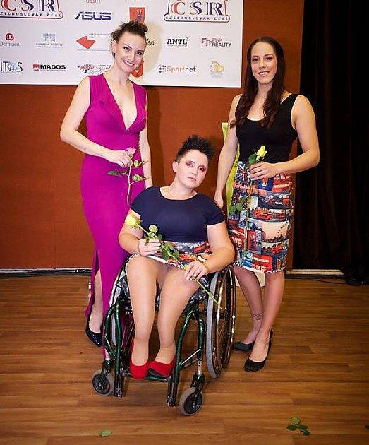 Handicapovanou sportovkyni Petru Hurtovou doprovodila na módní přehlídce českolipská plavkyně Petra Chocová.