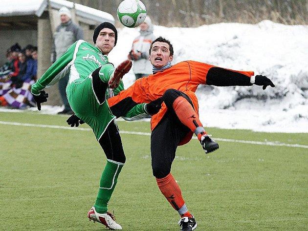 Kazan v souboji s obráncem soupeře.