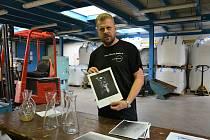 Vedoucí sklářské školní hutě v Novém Boru Pavel Tille ukazuje vybrané návrhy karaf a džbánů na pitnou vodu, ze soutěže studentů