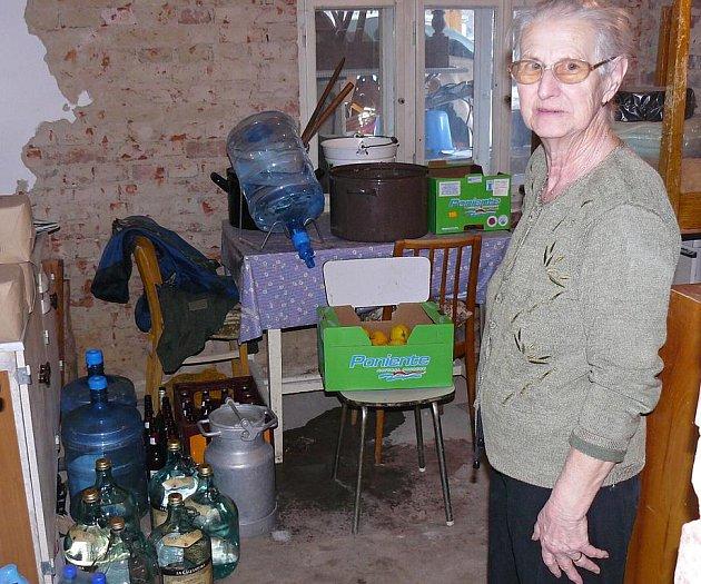 Zásoby balené vody jsou pro některé lidi v Lindavě naprostou nezbytností. Voda z jejich studní není kvůli kontaminaci pitná.