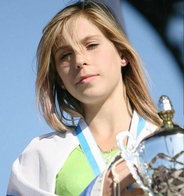 Anna Wágnerová se stříbrným pohárem a medailí z MS.