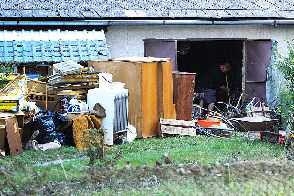 Jednou z nejhůře postižených obcí jsou Pertoltice pod Ralskem. Povodeň ušetřila jen pár domů, co stojí na kopci.