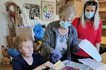 Foto z volby v Domově pro seniory v Mimoni