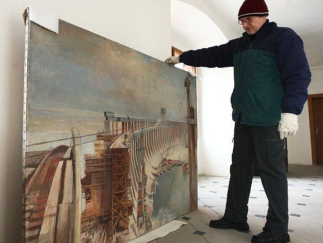 Sedm obrazů z takzvané Hitlerovy sbírky se schovává v útrobách zámku v Zákupech. Světlo světa spatřily jen díky amatérskému badateli Jiřímu Kuchařovi.