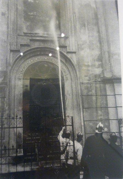 Kvypálení českolipské synagogy došlo nadvakrát. Poprvé požár ještě neinformovaní hasiči stačili uhasit. Podruhé již měli správné instrukce a hlídali pouze okolní budovy.