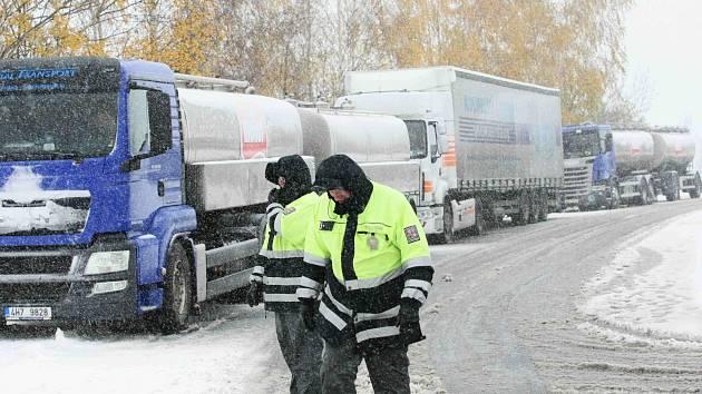 Kolaps dopravy s prvním sněhem je na Šébru už klasikou.
