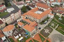 Opravené střechy kláštera září při pohledu ze země i ze vzduchu.