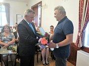 """Sedm občanů převzalo z rukou starostky Romany Žatecké ocenění """"Poděkování starostky""""."""